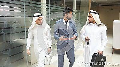 Les cheikhs et les hommes d'affaires européens discutent après avoir passé un accord clips vidéos