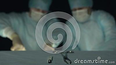 Les chirurgiens prennent des instruments et commencent l'opération ou la procédure Absence de focus pour l'arrière-plan Médecins  clips vidéos