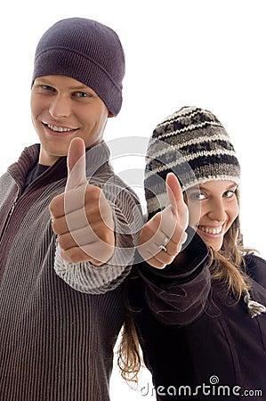Les couples affichant des pouces lèvent des jeunes