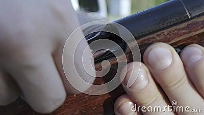 Les doigts masculins chargent le fusil de cartouche un banque de vidéos