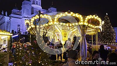 Les enfants font le plein au marché de Noël sur la place Senat, à Helsinki clips vidéos