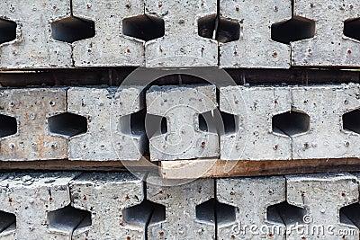 Les entrepreneurs espacent pour le stockage des empilages concrets de finition