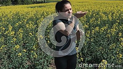 Les femmes ont des réactions allergiques aux fleurs du printemps, au pollen, à l'algue Concept saisonnier d'allergies végétales clips vidéos