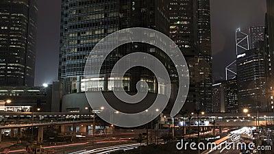Les feux de signalisation strient dans la ville de district des affaires la nuit, timelapse clips vidéos