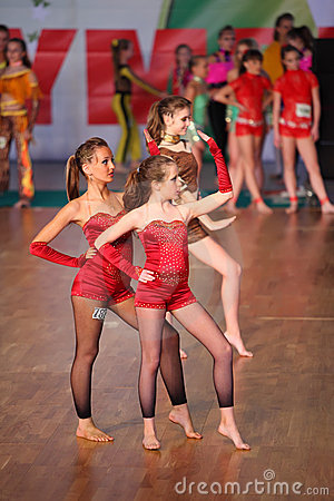 Les filles aux pieds nus dansent IX à l olympiade de danse du monde Photographie éditorial