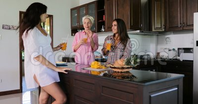 Les filles groupent parler grillant l'intérieur moderne de Chambre de studio de cuisine de Juice Glasses Morning Breakfast In banque de vidéos