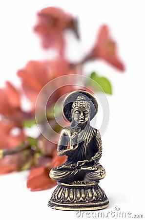 Buddah d isolement avec les fleurs rouges