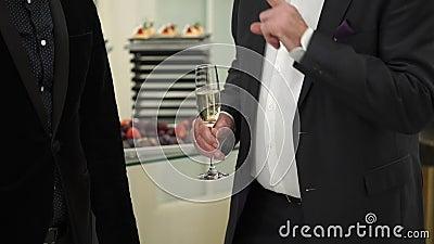 Les gens avec des verres de champagne restant à l'événement banque de vidéos