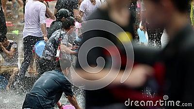 Les gens c?l?brant l'eau ?claboussant le festival Songkran en Chine du sud banque de vidéos