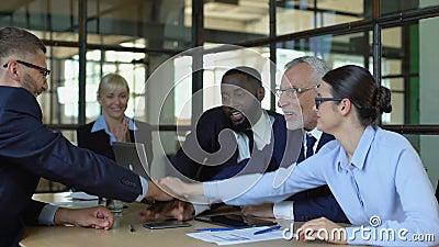 Les gens d'affaires se joignent à eux, gestes de travail d'équipe, connexion à l'unité de travail banque de vidéos