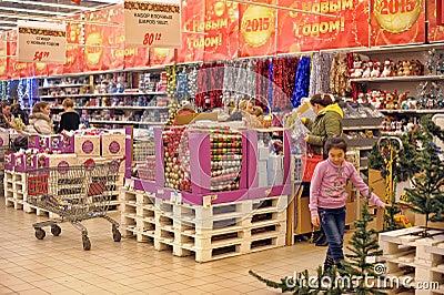 Les gens dans le magasin pour acheter des d corations de no l image stock ditorial image - Decoration de noel auchan ...
