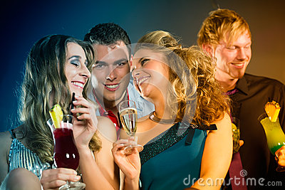 Les gens en cocktails potables de club ou de bar