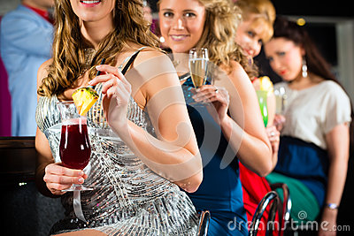 Les gens en cocktails potables de club ou de bar
