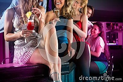 Les gens en cocktails potables de club ou de barre