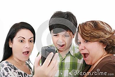Les gens observant le téléphone portable