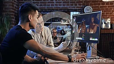 Les gens travaillent sur la vidéo éditent du documentaire banque de vidéos