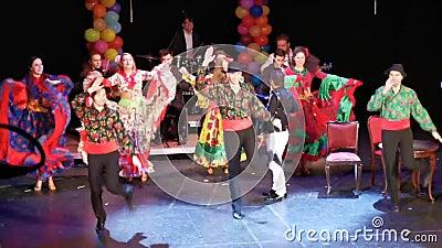 Les gitans dansent l'ensemble au théâtre d'état juif, Roumanie clips vidéos