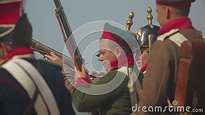 Les grenadiers historiques de détachement de reenactors de l'empire russe mettent le feu banque de vidéos