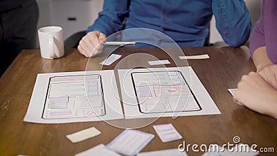 Les ingénieurs développent des applications pour les smartphones, mettent des papiers sur la table au bureau, se bloquent les mai banque de vidéos