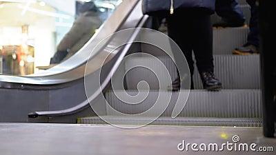 Les Jambes des gens qui se déplacent sur un ascenseur d'escalator dans le centre commercial Les pieds sur l'escalator dans le cen clips vidéos