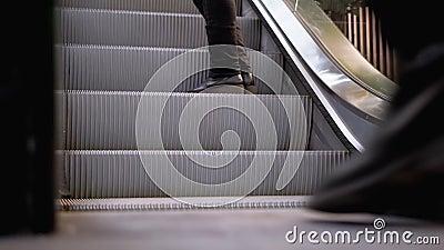 Les Jambes des gens qui se déplacent sur un ascenseur d'escalator dans le centre commercial Les pieds sur l'escalator dans le cen banque de vidéos
