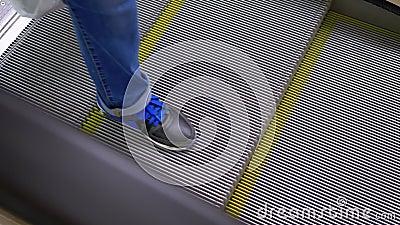 Les jambes des personnes se déplaçant dans un ascenseur à escalator dans le centre commercial Les pieds dans l'escalator du centr clips vidéos