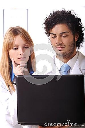 Jeune ordinateur portable d utilisation de médecins