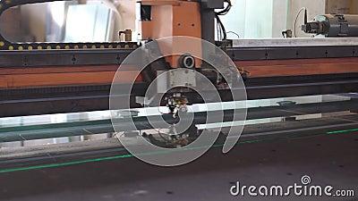 Les machines automatiques coupent le verre clips vidéos