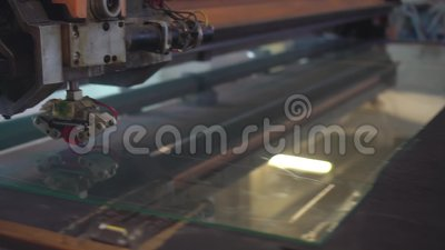 Les machines automatiques coupent le verre banque de vidéos