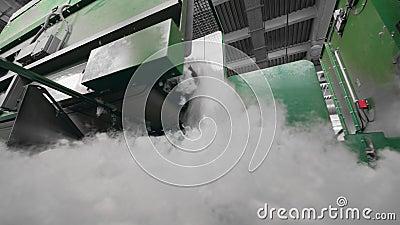 Les machines d'usine modernes transportent des battes synthétiques sur une ligne banque de vidéos