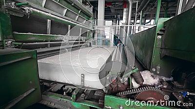 Les machines d'usine roulent des fibres de polyester sur un convoyeur banque de vidéos