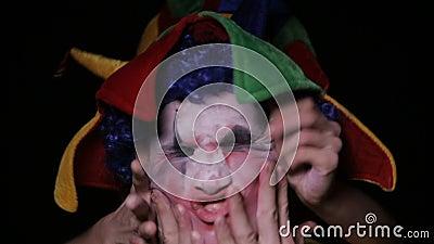 Les mains prennent le clown effrayant mauvais dans l'enfer clips vidéos