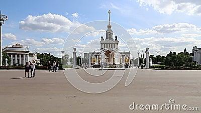 Les monuments du territoire du Centre d'expositions de VDNKh All-Russia, aussi appelé Centre d'expositions panrusse, Moscou, Russ banque de vidéos