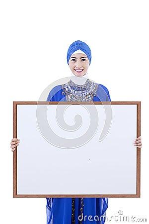 Les musulmans féminins asiatiques tiennent le panneau de copyspce - d isolement