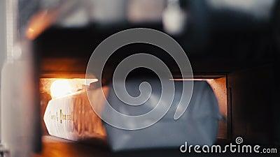 Les packs d'isolation thermique se déplacent sur la ligne de production avec un incendie clips vidéos