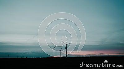 Les parcs éoliens dans la production d'énergie éolienne au coucher du soleil Paysage technologique scénique Énergie mécanique en  banque de vidéos