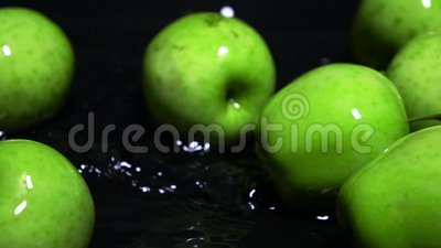 Les pommes et l'eau vertes humides de roulement ondulent la vidéo animée lente superbe Concept de vivacité clips vidéos
