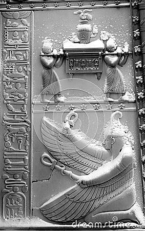 Les portes égyptiennes neigent dessous