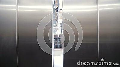 Les portes de l'ascenseur s'ouvrent L'ouverture de la porte est un ascenseur La porte s'ouvre et donne sur le rez-de-chaussée du  banque de vidéos