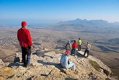 Les randonneurs observent le terrain