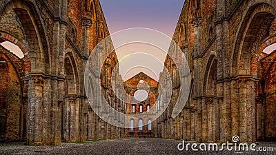 Les ruines de l'ancienne abbaye de San Galgano, Toscane, Italie banque de vidéos