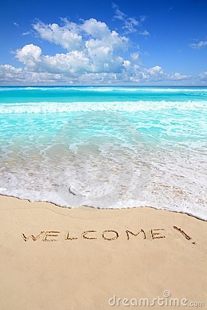 Les salutations font bon accueil au charme de plage écrit sur le sable