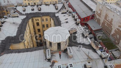 Les toits de Saint-Pétersbourg dans la vieille ville, les cours fermées banque de vidéos