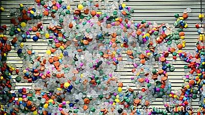 Les tranches en plastique colorées ont enlevé par l'eau, diversité de technologie, banque de vidéos