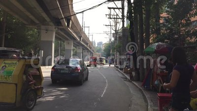 Les véhicules roulent sur la rue dans Quezon, Philippines banque de vidéos