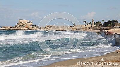 Les vagues en mer Méditerranée outre de la côte de Césarée antique banque de vidéos