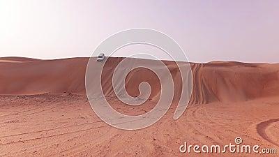 Les voitures tous terrains avec des touristes descendent d'une haute dune dans la vidéo de longueur d'actions de désert de Khali  banque de vidéos