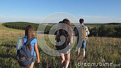 Les voyageurs admirent les magnifiques paysages et la nature Travail d'équipe de touristes Les voyageurs vont avec des sacs à dos banque de vidéos