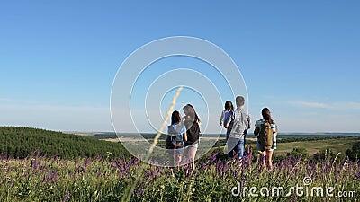 Les voyageurs admirent les magnifiques paysages et la nature Travail d'équipe de touristes Les voyageurs vont avec des sacs à dos clips vidéos
