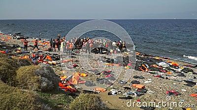 LESVOS, GRIEKENLAND - 5 NOV., 2015: De vluchtelingen verlaten rubberbootje dichtbij de kust